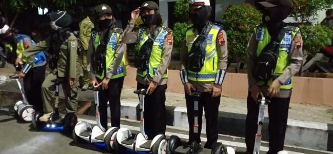 Polwan Polres Tegal Kota dan Srikandi Satpol PP Gunakan Hoverboard Bagikan Masker di Alun-alun Kota Tegal