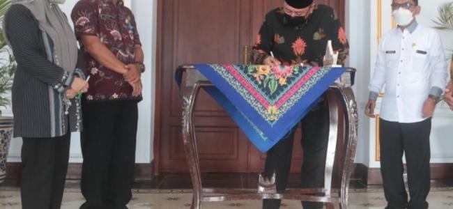 Dedy Yon Supriyono Tandatangani Perjanjian Hibah dengan Kantor Kemenag