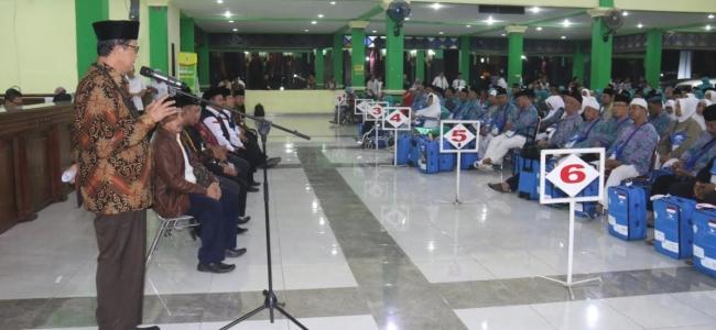 Wali Kota Tegal Serahkan Jamaah Calon Haji Kloter 9 ke PPIH Jateng