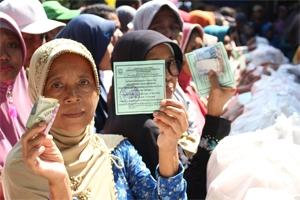 Ratusan Ibu-Ibu Serbu Paket Sembako Murah